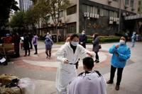 Tukang cukurpun mulai berkeliling menawarkan jasanya kepada warga sekitar. (Aly Song/Reuters)