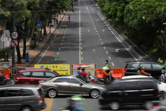 Polisi berjaga saat pemberlakuan kawasan tertib 'physical distancing' di Jalan Tunjungan, Surabaya, Jawa Timur, Rabu (1/4/2020). Pihak kepolisian setempat memberlakukan kawasan tertib 'physical distancing' atau jaga jarak secara fisik di Jalan Tunjungan dan Jalan Raya Darmo setiap hari di jam tertentu mulai 1-15 April 2020 untuk mencegah penyebaran Virus Corona (COVID-19). ANTARA FOTO/Didik Suhartono/foc.