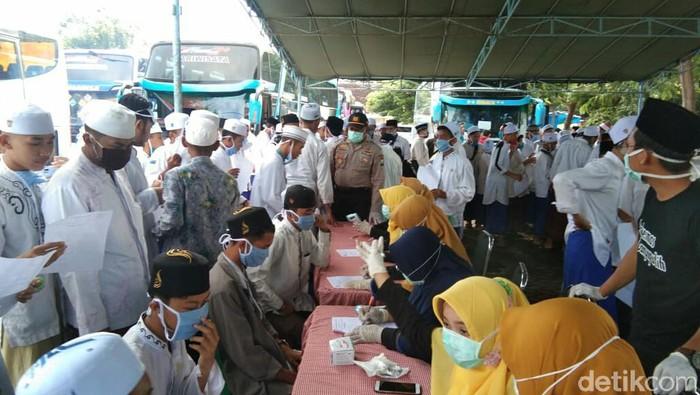 Belasan ribu santri Ponpes Salafiyah Syafiiyah Sukorejo Situbondo pulang berjamaah (puja). Kepulangan asuhan KHR Azaim Ibrahimy ini dilakukan lebih awal dari jadwal biasanya.