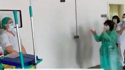 Mengharukan! Petugas Kebersihan RS Dapat Apresiasi dari Paramedis