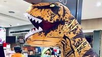 Viral, Warga +62 Pakai Kostum T-Rex dan Unicorn Berbelanja