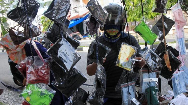 Pengrajin menyelesaikan pembuatan masker kain di Cilangkap, Jakarta Timur, Rabu (1/4/2020). Produksi masker dengan menggunakan bahan kain katun tersebut dijual seharga Rp5.000- Rp15.000 per buah dan menjadi alternatif di tengah kelangkaan dan kenaikan harga masker medis. ANTARA FOTO/Yulius Satria Wijaya/foc.