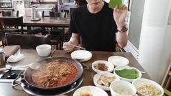 Heboh April Mop Positif Covid-19, Ini Potret Kim Jae Joong yang Jago Masak