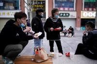 Setelah mencabut stastus luckdown, warga Wuhan mulai beraktivitas seperti biasanya. (Aly Song/Reuters)