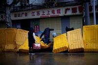Pagar-pagar pembatas pun mulai disingkirkan dari jalanan. (Aly Song/Reuters)
