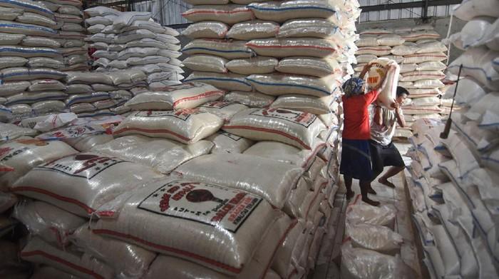 Pekerja mengangkut beras di Pasar Induk Beras Cipinang, Jakarta, Selasa (31/3/2020). Perum Bulog pastikan stok beras mencukupi untuk mengatasi kebutuhan lonjakan pangan dalam kondisi tidak terduga, sekaligus dalam menyambut Ramadan dan Idul Fitri. ANTARA FOTO/Indrianto Eko Suwarso/nz
