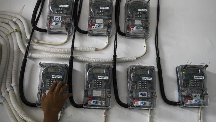 Warga memasukkan pulsa token listrik di tempat tinggalnya, di Jakarta, Selasa (1/4/2020). Dampak penyebaran pandemi virus COVID-19, Pemerintah mmenggratiskan pembayaran listrik bagi 24 juta masyarakat miskin, untuk pelanggan berdaya listrik 450 VA gratis biaya listrik selama 3 bulan (April-Juni 2020) sedangkan bagi pelanggan dengan daya 900 VA bersubsidi akan diberikan diskon 50 persen. ANTARA FOTO/Nova Wahyudi/foc.