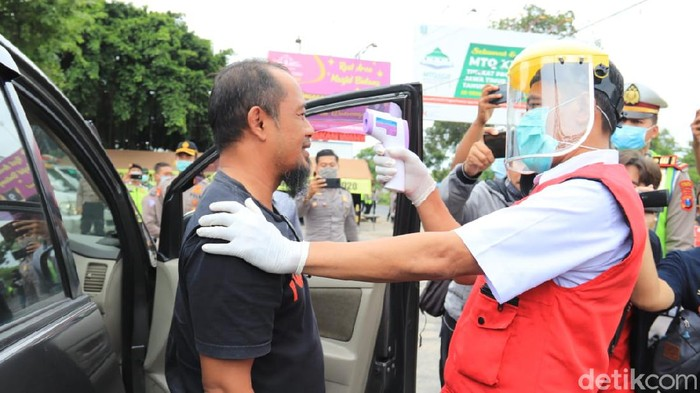 Tim Gugus Tugas Covid-19 di Tuban semakin gencar melakukan upaya pencegahan penyebaran virus corona. Kali ini, polisi bersama tim terpadu melakukan pemeriksaan kesehatan pengendara di jalur pantura Tuban.