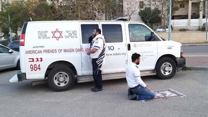 Potret viral tenaga medis beda agama ibadah bersama di Israel.