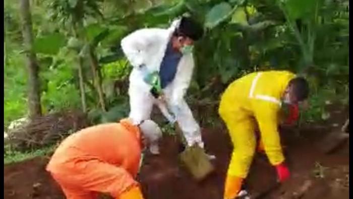 Bupati Banyumas gali makam jenazah pasien Corona yang viral ditolak warga, Rabu (1/4/2020).