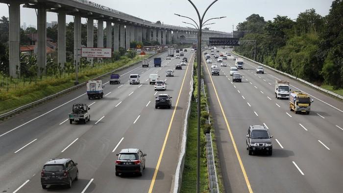 Sejumlah kendaraan melintas di ruas Tol Jagorawi, Cibubur, Jakarta Timur, Rabu (1/4/2020). Badan Pengatur Jalan Tol (BPJT) memprediksi adanya penurunan volume kendaraan mencapai 40 persen hingga 50 persen, selain itu aktivitas pengunjung juga menurun di tempat istirahat (rest area) dengan penurunan omzet diperkirakan mencapai 80 persen. ANTARA FOTO/Yulius Satria Wijaya/hp.