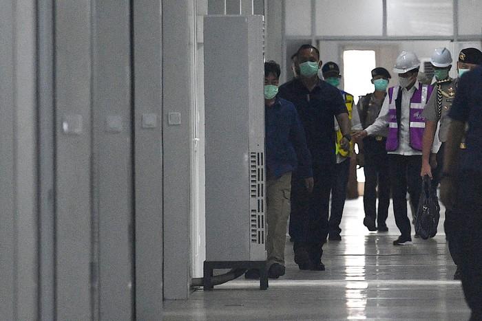 Presiden Joko Widodo (kanan) memberikan arahan kepada Kepala BNPB Doni Monardo (kedua kiri), Menteri PUPR Basuki Hadimuljono (tengah) serta Dirjen Cipta Karya Kementerian PUPR Danis H Sumadilaga (ketiga kiri) saat peninjauan Rumah Sakit Darurat Penanganan COVID-19 di Pulau Galang, Batam, Kepulauan Riau, Rabu (1/4/2020). Kunjungan kerja tersebut untuk memastikan kesiapan rumah sakit yang akan mulai beroperasi pada Senin 6 April 2020 mendatang. ANTARA FOTO/Sigid Kurniawan/foc.