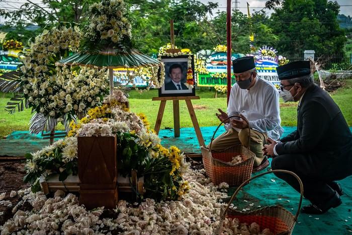 Kerabat berdoa di pusara makam Mohamad Hasan Gatot Soebroto (Bob Hasan) saat prosesi pemakaman di Taman Makam Pahlawan Gatot Soebroto, Ungaran Timur, Kabupaten Semarang, Jawa Tengah, Rabu (1/4/2020). Pengusaha yang juga Ketua Persatuan Atletik Seluruh Indonesia (PASI) serta mantan Menteri Perindustrian dan Perdagangan pada era Orde Baru itu wafat pada usia 89 tahun karena kanker paru-paru. ANTARA FOTO/Aji Styawan/foc.