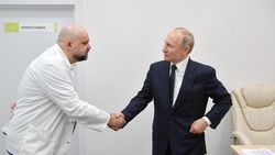 Jabat Tangan saat Wabah yang Bikin Putin Kini Kerja dari Rumah