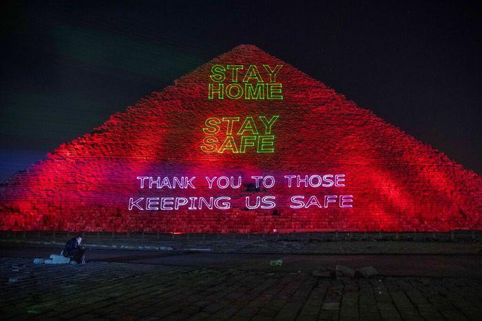Ungkapan dukungan dan pesan harapan untuk menghalau Corona muncul di Piramida Giza di Mesir. Penasaran?
