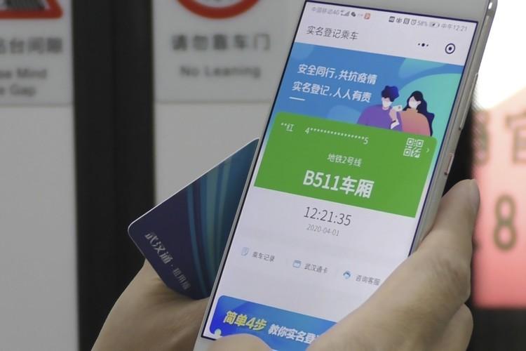 Meski alami penurunan kasus baru Corona, Wuhan masih waspada dengan penyebaran COVID-19. Warga yang hendak naik subway harus diyakini sehat dengan scan barcode.