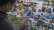 Jaga Jarak, Kegiatan Jual Beli di Apotek Dibatasi Plastik