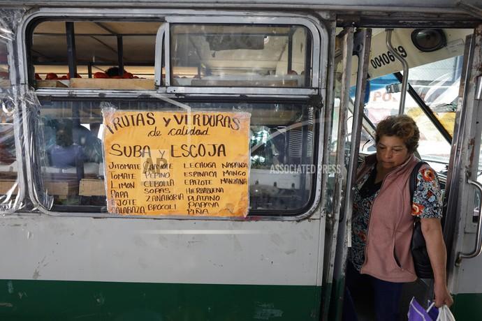 Para penjual kehilangan pelanggan hingga toko menjadi sepi. Karena hal itu, toko sayur ini menyulap sebuah mini bus penumpang untuk membawa seluruh isi tokonya.