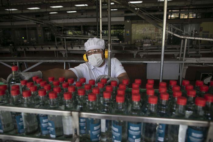 Dalam upaya melawan virus corona, sebuah pabrik rum di Venezuela, mengalihkan produksi mereka ke alkohol antiseptik. Cairan ini dipasok ke industri farmasi dan apotek.
