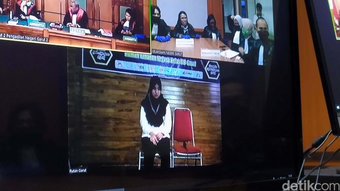 Pemeran utama video 'seks gangbang' Vina Aprilianti divonis 3 tahun penjara. Vina juga dikenai denda Rp 1 miliar.