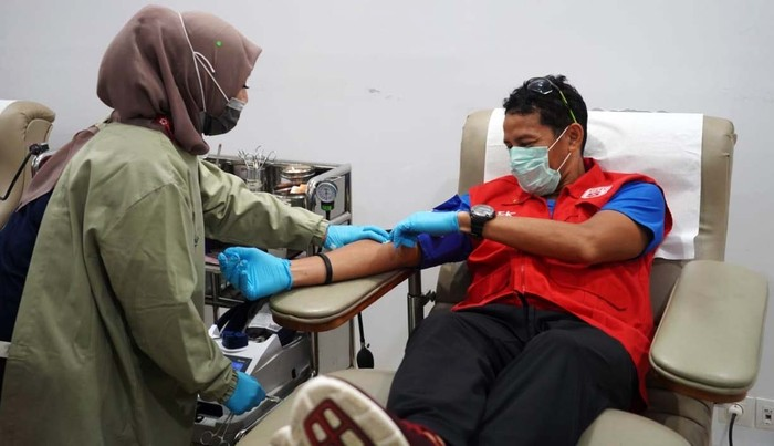 Sandiaga Uno melakukan donor darah di kantor PMI Jakarta Pusat. Progam ini dalam angka memenuhi stok darah PMI yang berkurang gegera corona.