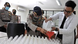 Polda Bali bekerja sama dengan mahasiswa Universitas Udayana Bali untuk membuat cairan disinfektan dan handsanitizer yang terbuat dari arak Bali.