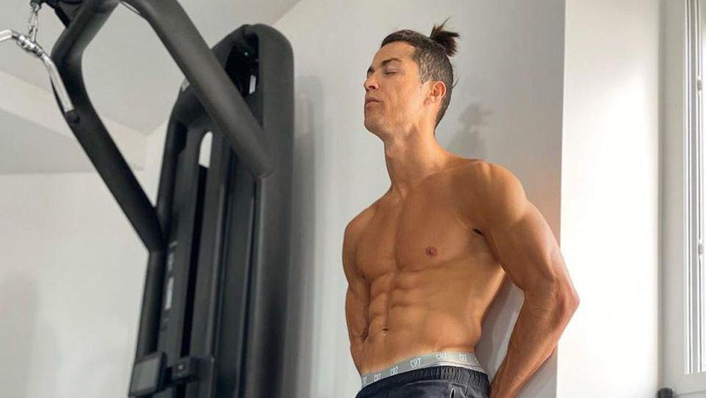 Lagi Isolasi Diri, Cristiano Ronaldo Pamer Perut Sixpack