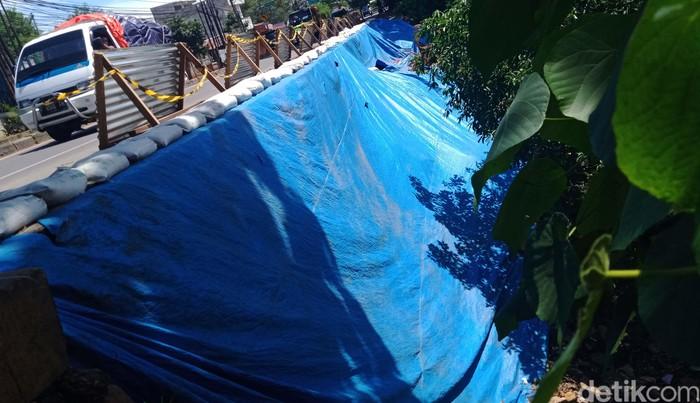 Longsor di Jalan Raya Bogor, tepatnya sekitar 100 meter sebelum flyover Cibinong, hingga kini belum juga diperbaiki. Longsor ini terjadi beberapa bulan lalu akibat hujan deras.