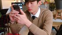 Ini Tampannya Lee Ji Hoon Saat Cicip Kopi dan Nongkrong di Resto