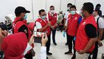 Momen Sandiaga Donor Darah di Tengah Wabah Corona