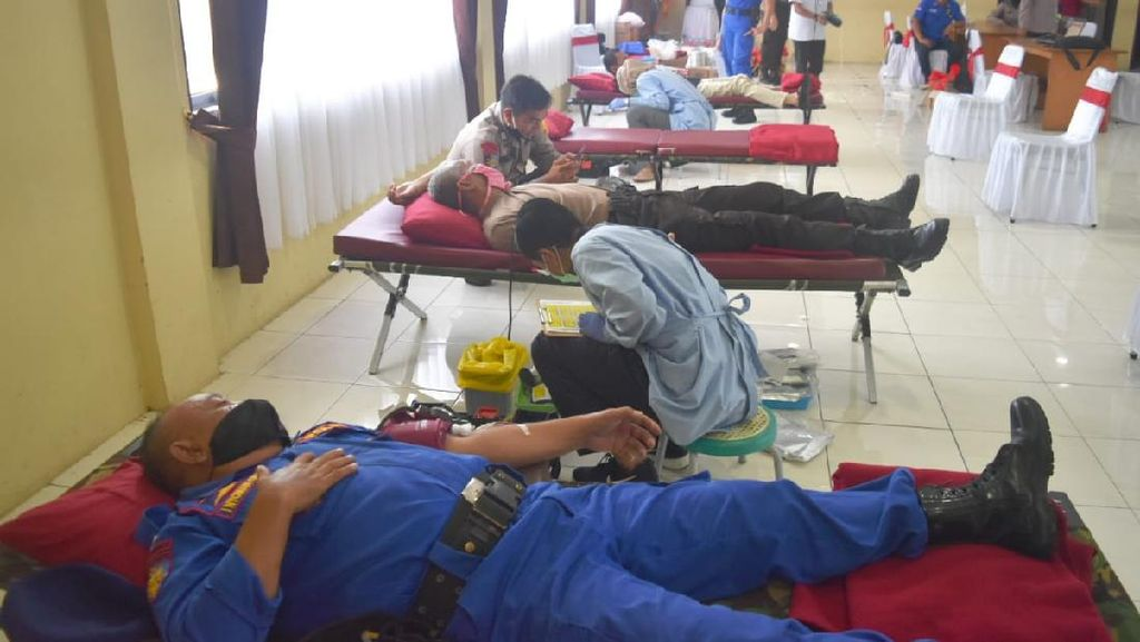 Bantu PMI yang Kehabisan Stok, Ratusan Polisi Cirebon Donor Darah