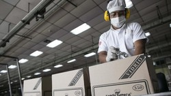 Guna melawan virus Corona, pabrik rum di Venezuela ini mengalihkan produksi mereka ke alkohol antiseptik untuk dipasok ke industri farmasi dan apotek.