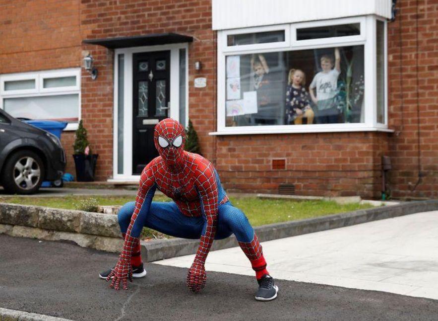 Aksi 'Spider-Man' Hibur Anak-anak yang Bosan di Rumah