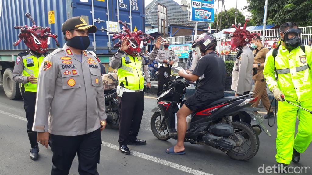 Memakai Helm Corona, Polisi Turun Jalan Ingatkan Bahaya Covid-19
