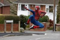 Dia berjungkir, melompat dan melakukan gerakan akrobatik setiap melintas di rumah yang ada anak-anak. ( REUTERS/Phil Noble )