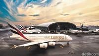 Sejak bulan April lalu, seluruh penumpang maskapai Emirates telah diwajibkan untuk menggunakan masker. Emirates juga telah mengenalkan aturan baru tersebut untuk krunya (Twitter/Sheikh Ahmed bin Saeed Al Maktoum)