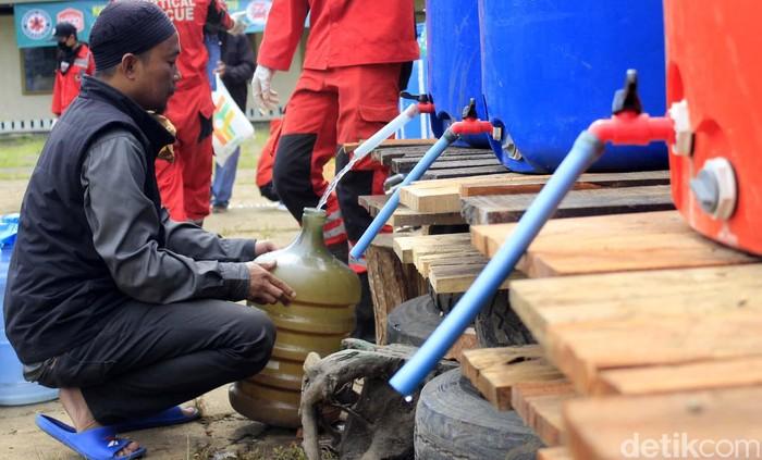 Vertical Rescue Indonesia membagikan disinfektan secara gratis. Bagi warga yang membutuhkan, dapat mengambilnya di mako Vertical Rescue Indonesia, Kota Bandung.
