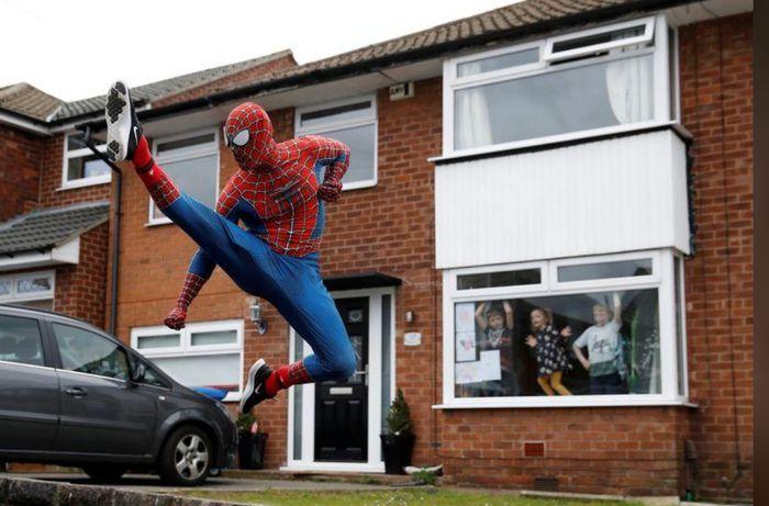 aksi spiderman hibur anak-anak di inggris