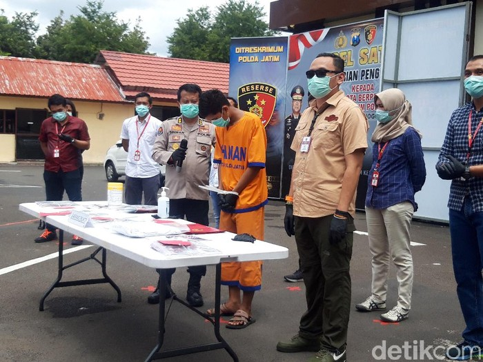 Sepasang pasutri digerebek tengah threesome dengan seorang pria. Polda Jawa Timur sudah menetapkan seorang tersangka.