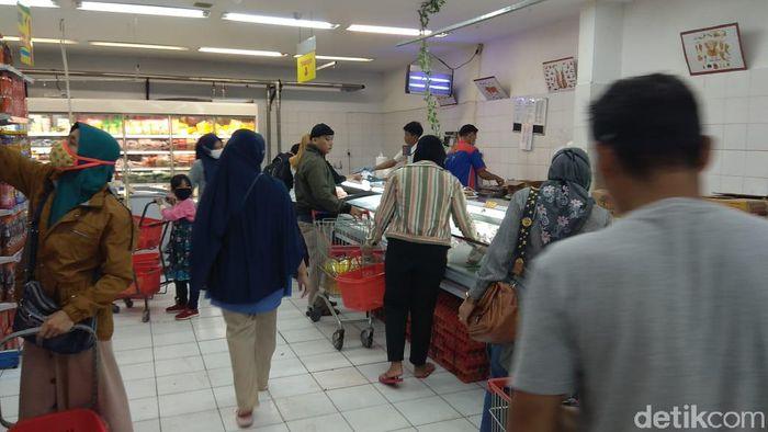 Penampakan warga padati supermarket di Jakarta
