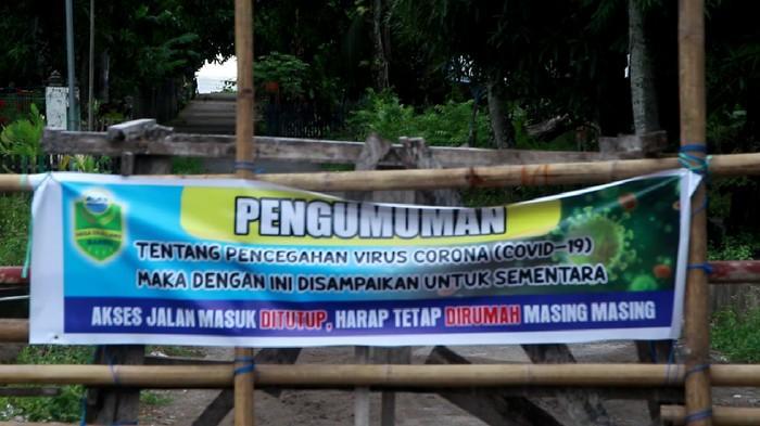 Palang Bambu yang Batasi Akses Keluar Masuk di Desa Cillelang