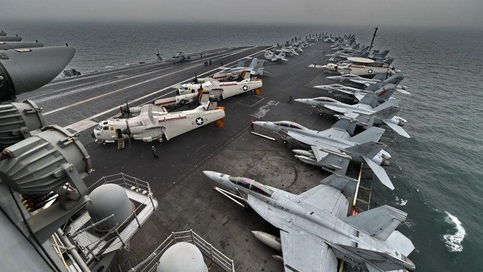 A general view shows the flight deck on board the aircraft carrier USS Theodore Roosevelt (CVN 71) as the vessel sails towards the Straits of Malacca heading to Singapore on October 23, 2015. The aircraft carrier USS Theodore Roosevelt is on its way to Singapore for a stop over for a routine port visit before heading to San Diego. AFP PHOTO / ROSLAN RAHMAN (Photo by ROSLAN RAHMAN / AFP)