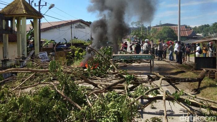 Warga di Gowa memblokir jalan karena menolak pemakaman jenazah kasus Corona.