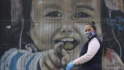 Masker kain bisa dijadikan masyarakat sebagai alternatif masker medis yang mulai langka, karena masker kain juga dapat menangkal penularan virus Corona.