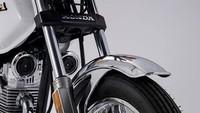 Bagi yang suka dengan krom, motor ini sepertinya akan cocok. Sebab Honda CGL125 Tool memiliki aksen krom atau lapisan pernekel cukup banyak, mulai dari handle bar, spakbor depan, knalpot, hingga braket besi di belakang untuk mengikat barang.Foto: Honda