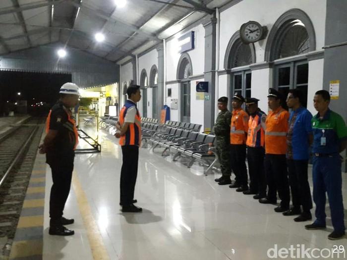 Ratusan calon penumpang kereta batalkan tiket di Stasiun Probolinggo. Mereka menghindari kemungkinan terjangkit virus corona.