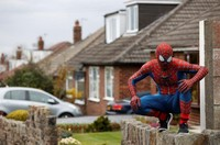 Di sana ada Spider-Man. ( REUTERS/Phil Noble )