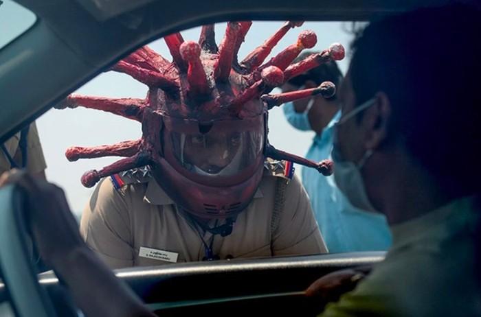 polisi helm corona