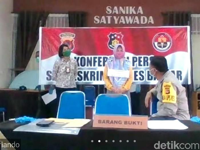 Polres Banjar tangkap seorang perempuan penyebar hoaks pasien Corona kabur.