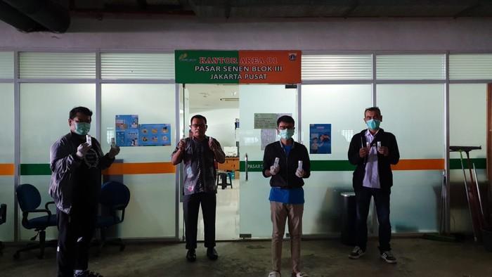 Komunitas RuangSandi berinisiatif menggagas gerakan '1000 Hand Sanitizer' Untuk Pedagang Pasar Tradisional.